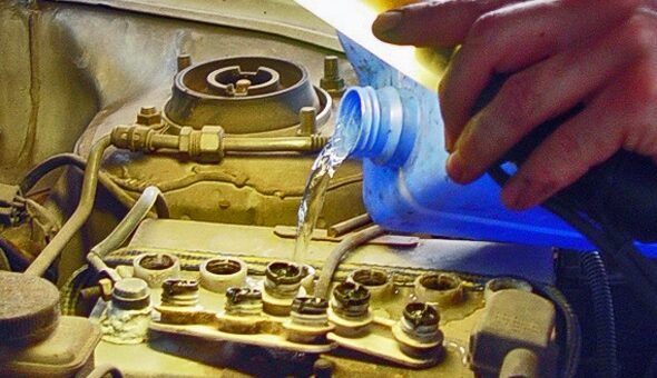 Destilirana voda se dotoči v hladilnik avtomobila
